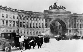 Уборка снега на площади Урицкого (в настоящее время Дворцовая площадь) в блокадном Ленинграде