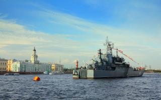 Военный корабль на Неве - день Военно-морского флота в Санкт-Петербурге