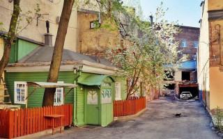 В Петербурге есть зелёная избушка. Фото: pikabu.ru