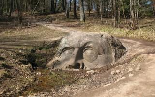 """""""Камень-голова"""", уходящая в землю. Источник фото: https://fotostrana.ru/public/post/317742/404577050/"""