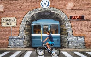 На Обводном канале поезд проезжает сквозь стену. Фото: avangard.rosbalt.ru