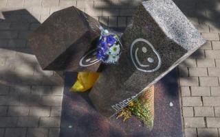 Символ дружбы между Москвой и Петербургом — памятник поребрику и бордюру. Фото: fontanka.ru