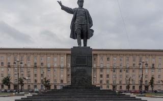 Памятник Кирову на Кировской площади. Автор: Blindpew100, Wikimedia Commons
