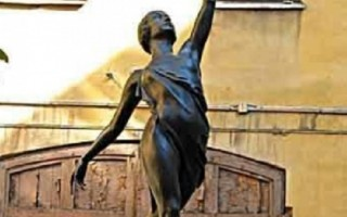 Памятник танцующей Галине Улановой во дворе Академия Русского балета имени А.Я. Вагановой, источник фото: http://www.petergid.ru/architecture/monument/pamyatnik-tantsuyuschey-galine-ulanovoy.html