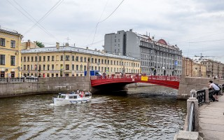 Красный мост. Автор: Florstein,  Wikimedia Commons