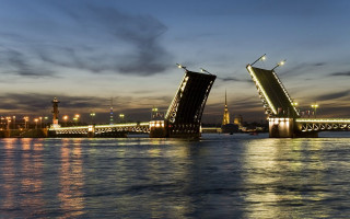 Петропавловский собор в створе Дворцового моста — один из открыточных видов города. Фото: markklimyuk9000 (Wikimedia Commons)