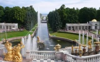Панорама Нижнего парка от Большого Петергофского дворца. Фото взять с Википедии