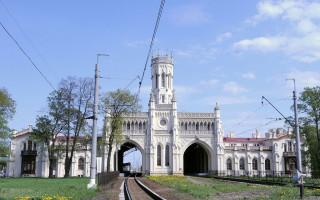 Здание вокзала в Новом Петергофе. Фото: Vvk121 (Wikimedia Commons)