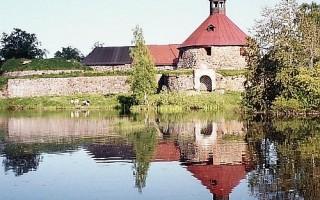 Вид крепости с западной стороны. Круглая башня. Источник фото: Wikimedia Commons Автора: Evakonpoika (talk | contribs)
