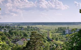 Вид с Вороньей горы, железная дорога Лигово - Гатчина-Балтийская. Фото: 508542 (Wikimedia Commons)