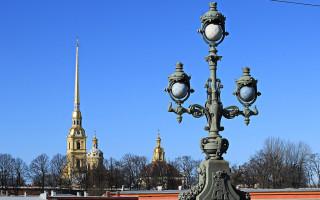 Фонарь на Троицком мосту в Санкт-Петербурге на фоне Петропавловского Собора, 2917 г. Фото: Kora27 (Wikimedia Commons)