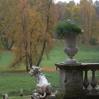 Мраморный лев у дворцовой лестницы.  Автор: Денис Катковский, Wikimedia Commons