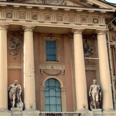 Фасад Академии художеств. Автор: Sv25715, Wikimedia Commons