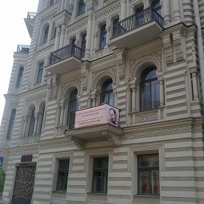 Баннер на балконе квартиры в Доме Мурузи, где жил И.А. Бродский. Автор: Danubica, Wikimedia Commons