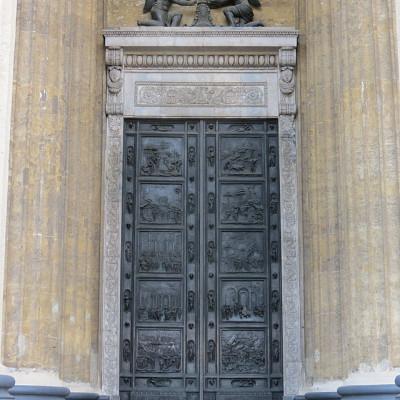 Бронзовые двери, обрамленные мрамором, источник фото: http://www.liveinternet.ru/users/bolivarsm/post328103387/