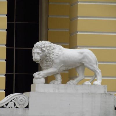 Статую льва возле Русского музея