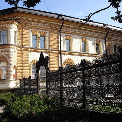 Лиговский пр., дом 62 и решётка Сангальского сада, источник фото: Wikimedia Commons, Автор: Potekhin