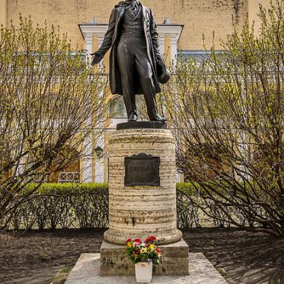 Памятник Пушнину во дворе Музея-квартиры.  Автор:  Florstein, Wikimedia Commons
