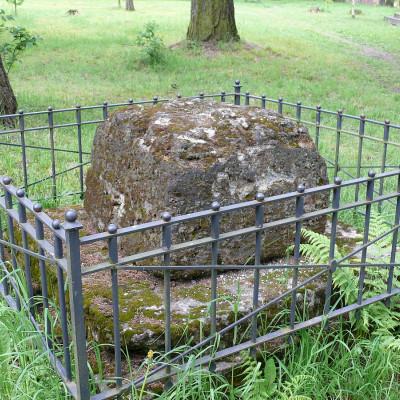 Памятник-кенотаф Николаю Оленину, старшему сыну, погибшему под Бородиным, источник фото: Wikimedia Commons Автор: Владимир Синьков