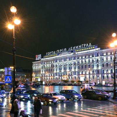 """Площадь Восстания, вид на гостиницу """"Октябрьская"""", источник фото: Wikimedia Commons, Автор: Отрадин"""
