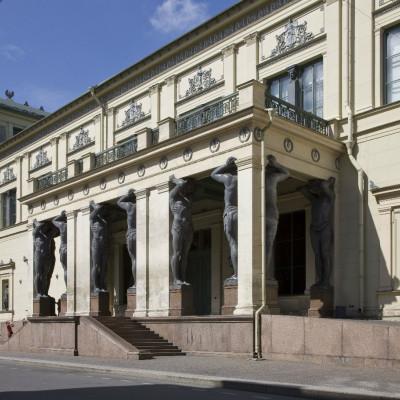 Портик с атлантами, фасад Нового Эрмитажа, источник фото: https://vk.com/hermitage_museum