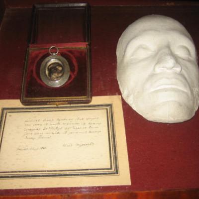Посмертная маска и прядь волос Пушкина в музее Пушкина.  Автор: Lkitrossky, Wikimedia Commons