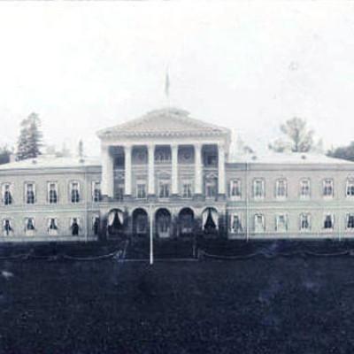 Ропшинский дворец в начале XX века, источник фото: https://commons.wikimedia.org/wiki/File:Ropsha_palace_photo_before1917.jpg Автор: Unknown