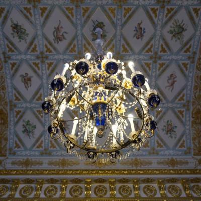 Синюю гостиную, один из самых торжественных интерьеров Юсуповского дворца, украшает удивительная люстра начала XIX века, источник фото: https://vk.com/public29176041