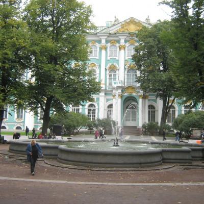Фонтан перед западным фасадом Зимнего дворца. Автор: Peterburg23, Wikimedia Commons