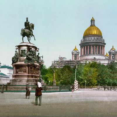 Цветная фотолитография конца XIX века с изображением монумента Николаю I на фоне Исаакиевского собора на Исаакиевской (бывшей Мариинской) площади, источник фото: Wikimedia Commons