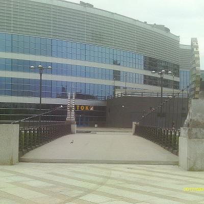 Вид на Ледовый дворец через Ледовый мост. Автор: Chippollino, Wikimedia Commons