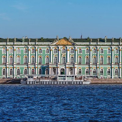 Зимний дворец в Санкт-Петербурге, вид с Дворцовой набережной, источник фото: Wikimedia Commons, Автор: Florstein