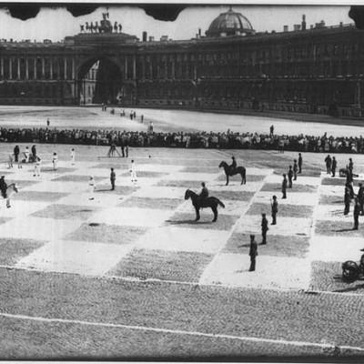 """Живые шахматы"" на площади, 20 июля 1924 год, источник фото: Wikimedia Commons, Автор: неизвестен"