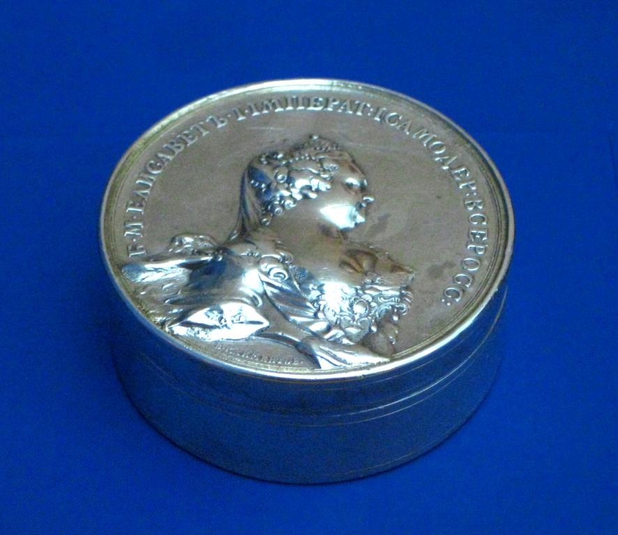 Табакерка с изображением императрицы Елизаветы Петровны.Источник:   https://commons.wikimedia.org/
