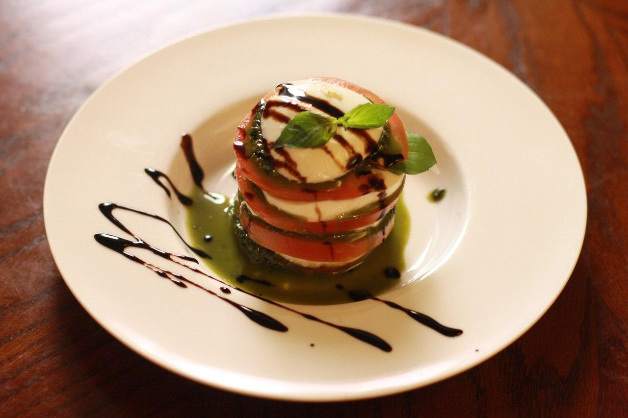 Томаты с сыром Моццарелла, соусом Песто и зеленым базиликом, источник фото: https://vk.com/la_belle_verte, Автор: Олеся Ильина