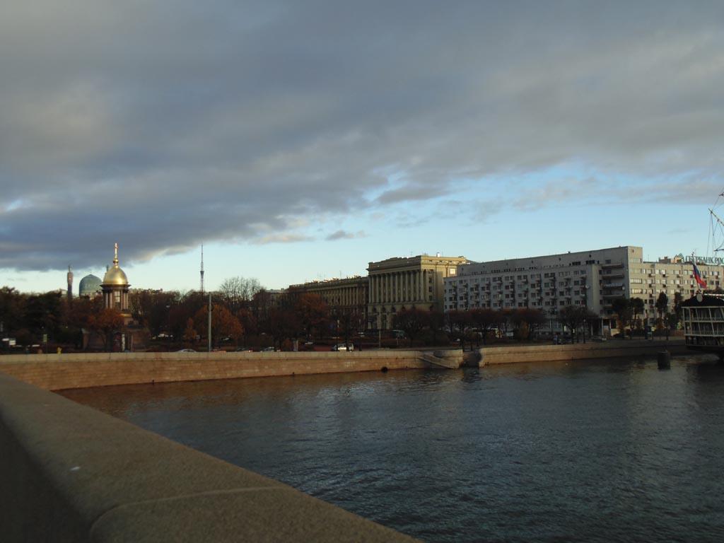 Вид на Троицкую площадь с Невы, с Троицкого моста. Фото: photoprogulki.narod.ru