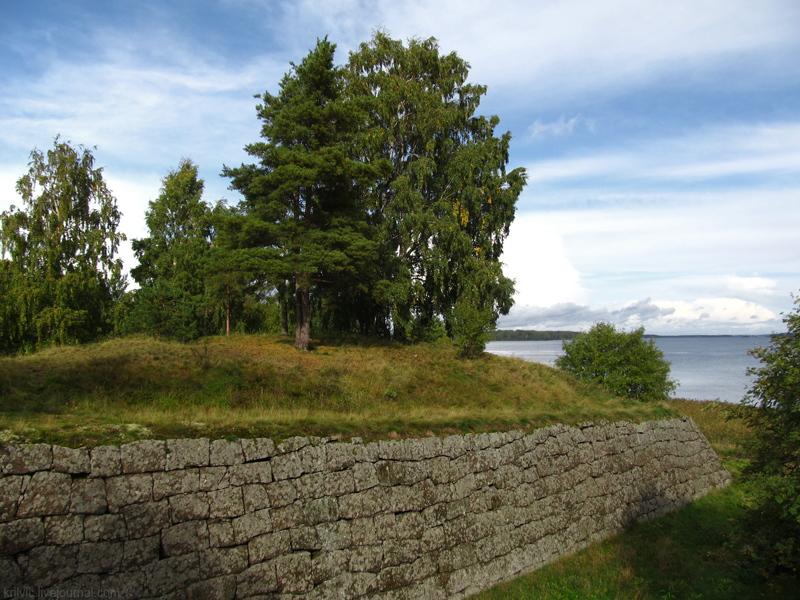 Крепость Тронгзунд. Земляной ров. Фото: krilvic (Wikimedia Commons)