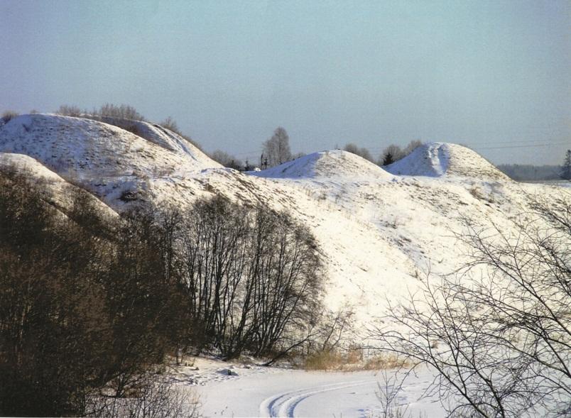 Урочище Сопки зимой. Слева - так называемая могила Олега Вещего, источник фото: http://www.ladogamuseum.ru/dosto/1/