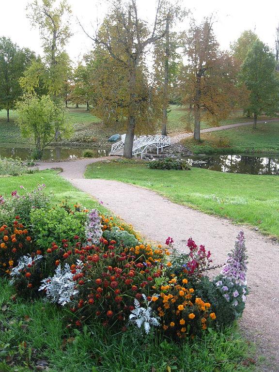 Аллея в саду усадьбы Марьино. Фото: Aulitin (Wikimedia Commons)