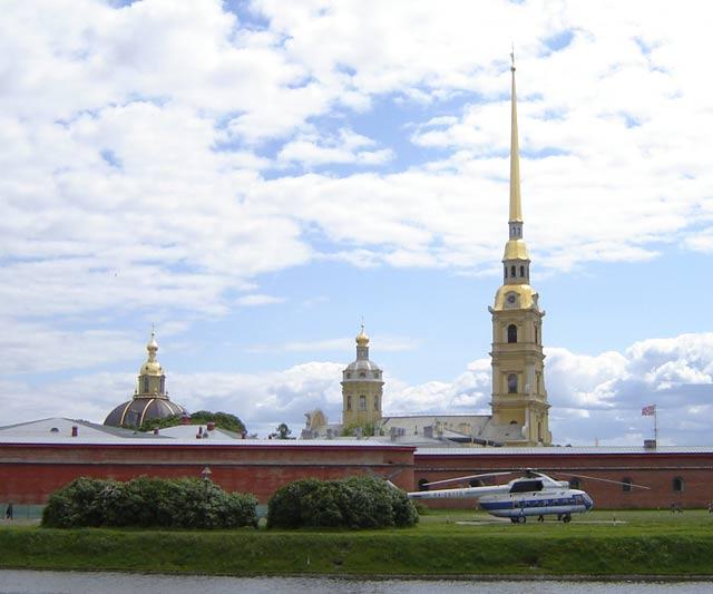 Вертолет у Петропавловской крепости