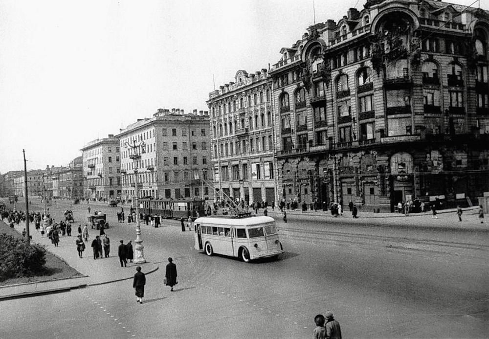 Вид проспекта 25-го Октября возле Дома Книги, 1941 г.