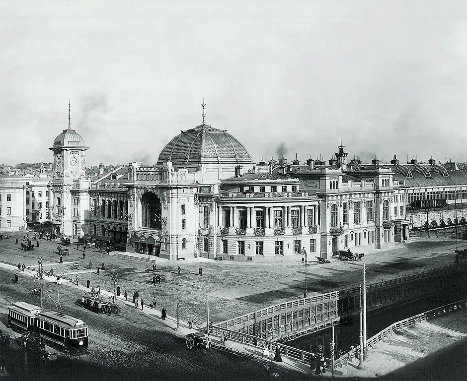 Вокзал на фотографии производства мастерской К. Буллы, 1900-х гг. (Wikimedia Commons)