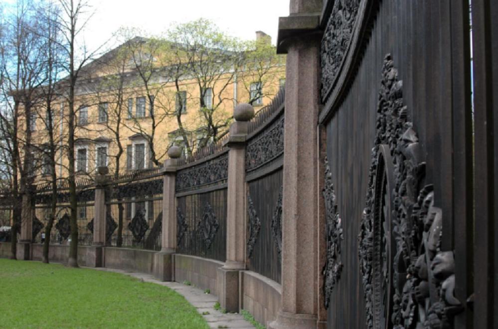 Решётка Воронихинского сквера