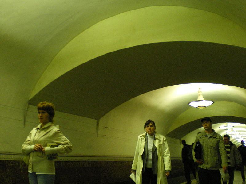 "Потолок перонного зала станции ""Площадь Восстания"" в сторону ""Девяткино"" с рёбрами. Автор фото: user:AndreyA (Wikimedia Commons)"
