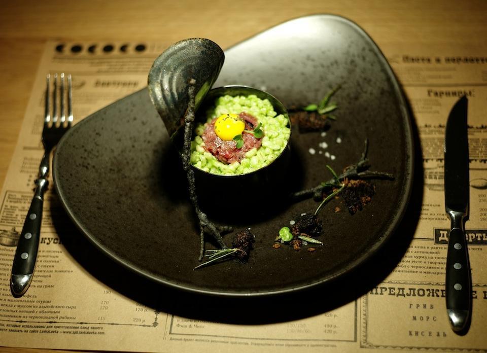 Закуска с сельдью пряного посола, яйцом пашот, источник фото: http://bodyshot.ru/spb/restoran-bar-cococo/