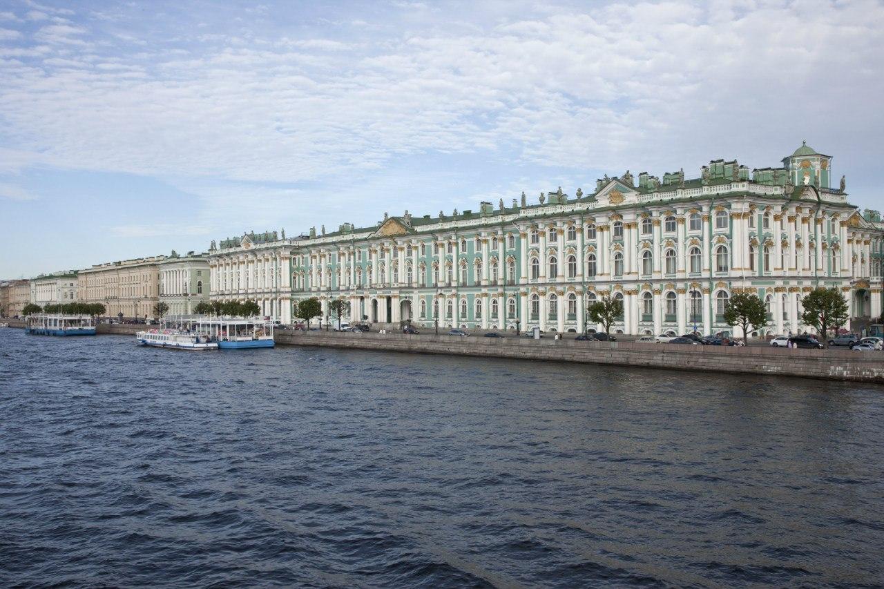 Зимний дворец, вид с Дворцовой набережной, источник фото: https://vk.com/hermitage_museum